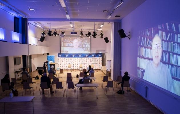 Peeter Torop esines virtuaalsel konverentsil tänu tehnoloogiale oma Tartu kodust. Foto: Liisi Troska / jalgpall.ee