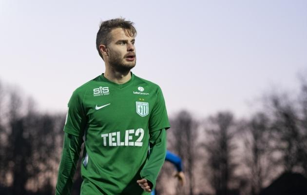 Rauno Sappinen kiikab välismaa poole, kuid laupäeval mängib veel Flora särgis Kuressaares. Foto: Liisi Troska / jalgpall.ee