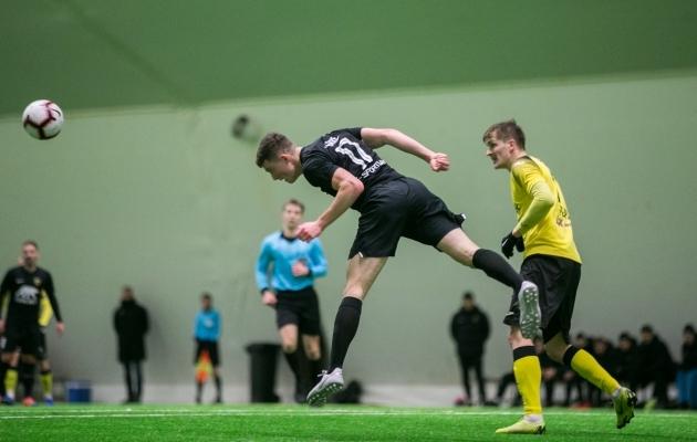 Kuna Viljandis veel jalgpallihalli ei ole, tuli õue planeeritud treeningkohtumine Pärnuga edasi lükata. Foto: Brit Maria Tael