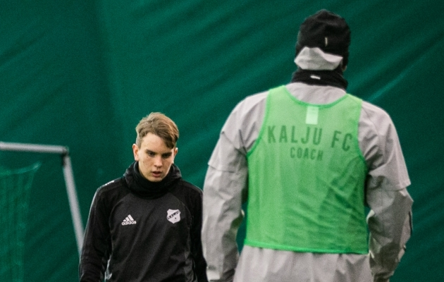 Nõmme Kalju esmaspäevasel treeningul kandis Sergei Lepmets dressipluusi, mis tituleeris ta treeneriks. Foto: Brit Maria Tael