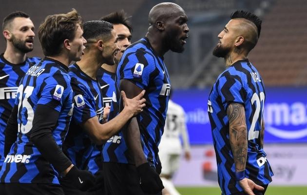 Sel fotol ei saa Arturo Vidal mitte Romelu Lukaku ja kõigi teiste käest kurjustada, vaid hoopis kiita, sest on äsja Juventusele värava löönud. Foto: Scanpix / Imago images / Gribaudi