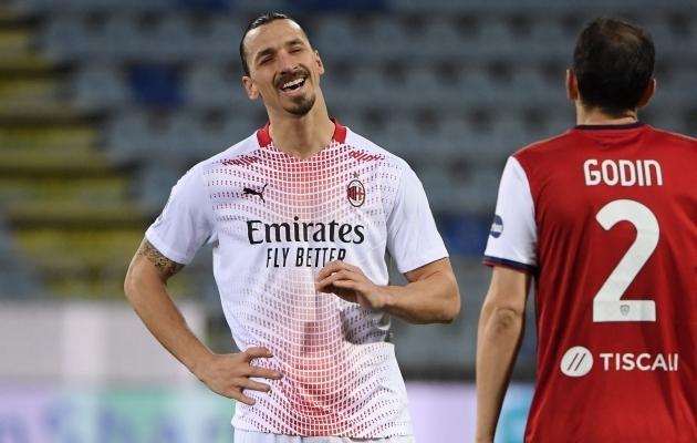 Milani ründaja Zlatan Ibrahimovic ja Cagliari kaitsja Diego Godin. Foto: Scanpix / Alberto Lingria / Reuters