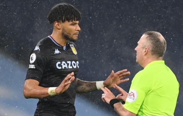 Aston Villa kaitsja Tyrone Mings ja kohtunik Jonathan Moss. Foto: Scanpix / Shaun Botterill / Pool / Reuters