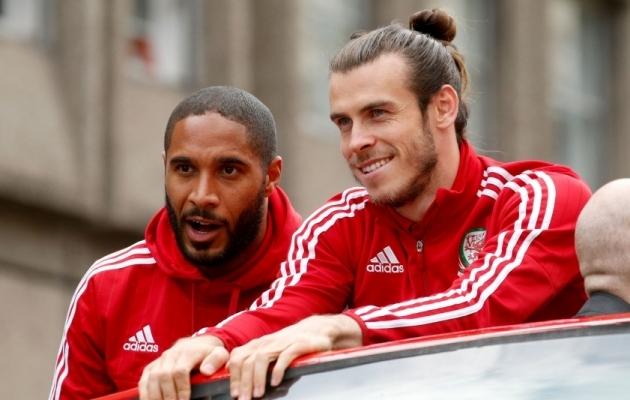 Ashley Williams (vasakul) ja Gareth Bale peale edukat EM-i. Foto: Scanpix / Paul Harding / PA via AP
