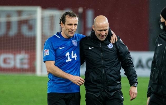 Eesti koondise kapten Konstantin Vassiljev ja Karel Voolaid pärast 0:0 viiki Gruusias, mis jäi Voolaidi ametiaja viimaseks mänguks. Foto: Jana Pipar / jalgpall.ee
