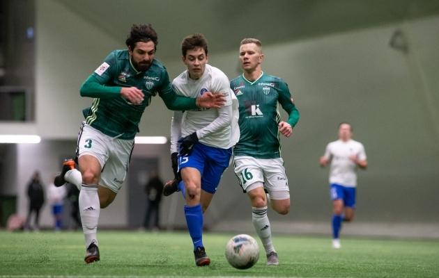 Aleksandr Kuhharev (valges) heitlemas Levadia meeste Anton Tolordava ja Markus Jürgensoniga. Foto: Liisi Troska / jalgpall.ee