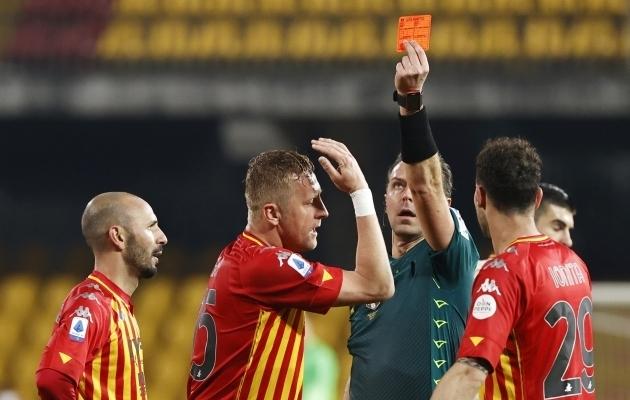 Benevento keskkaitsja Kamil Glik sai teisel poolajal punase kaardi. Foto: Scanpix / Ciro De Luca / Reuters