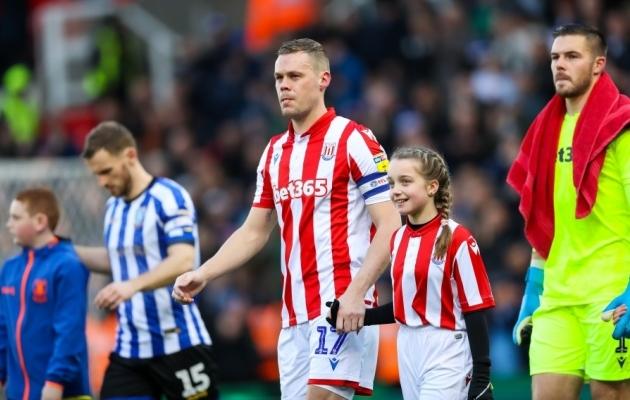 Ryan Shawcross kaptenina Stoke'i meeskonda väljakule viimas. Foto: Scanpix / Barrington Coombs / EMPICS Sport