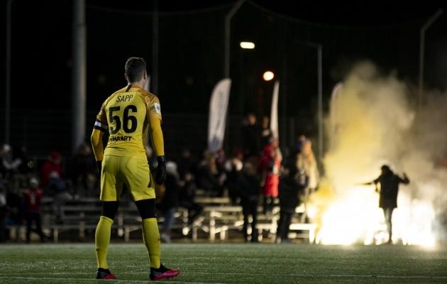 Mattias Sapp peab hoolitsema, et vastaste tulevärk Paide U21 mängudes liialt tuliseks ei läheks. Foto: Liisi Troska / jalgpall.ee