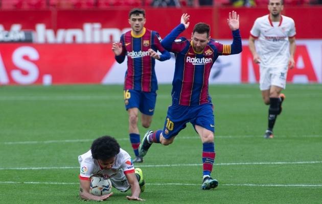 Lionel Messi on teinud lühikese aja jooksul teise vea järjest ning on tõstnud käed nagu süüdlane, keda politsei arreteerima asub. Sedapuhku ta pääses. Foto: Scanpix / Joaquin Corchero / AFP7 via ZUMA Wire