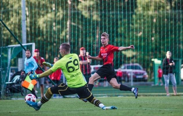 Esiliiga väravavahtide mullune hirm Kevin Mätas jahib tänavu tabamusi juba kõrgliigas. Foto: Jana Pipar / jalgpall.ee