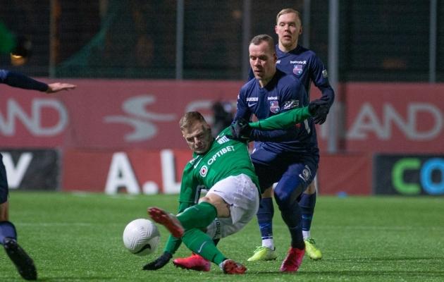 FC Flora ründaja Rauno Sappinen ja Paide Linnameeskonnd poolkaitsja Andre Frolov. Foto: Jana Pipar / jalgpall.ee