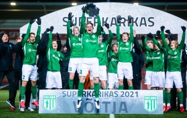 FC Flora tähistamas klubi ajaloo 11. superkarikavõitu. Trofeed hoiab 19-aastane keskkaitsja Markkus Seppik. Foto: Jana Pipar / jalgpall.ee