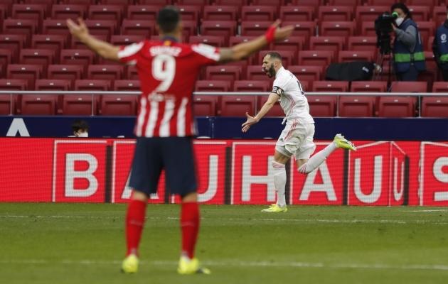 Viimasena naeris täna Benzema, seda Suareze (nr 9 esiplaanil) valvsa pilgu all. Foto: Scanpix / Susana Vera / Reuters