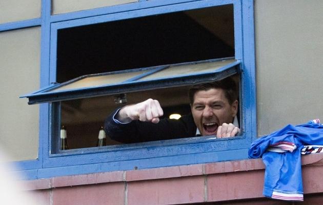 Laupäevase mängu võitmise järel lasi Rangersi peatreener Steven Gerrard fännide suunal esimesed rõõmuhõisked valla riietusruumi akna vahelt. Foto: Scanpix / PA Wire / Jane Barlow