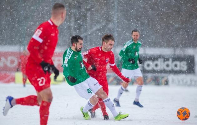 Pavel Dõmov (punases) hoidis Zakaria Beglarišvilit (rohelises) pidevalt surve all. Foto: Jana Pipar / jalgpall.ee