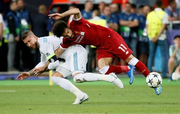 2018. aasta Meistrite liiga finaali kurikuulus episood, kus Mohamed Salahi ja Sergio Ramose kahevõistluses tegi esimene mees vea, aga sai selle käigus (Ramose kaasabil?) ise tõsiselt vigastada ja pidi mängu pooleli jätma. Foto: Scanpix / Reuters / Gleb Garanich