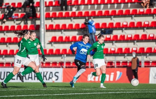 Sekundi murdosa pärast antud pildi tegemist sai Kristiina Tullus (paremal) vigastada. Foto: Jana Pipar / jalgpall.ee