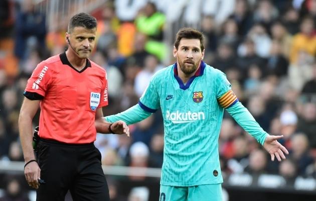 Kohtunik Jesus Gil Manzano ja Lionel Messi. Foto: Scanpix / AFP / Jose Jordan