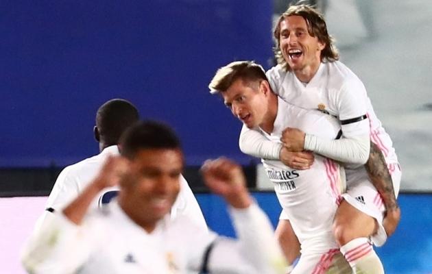 Kui on <em>El clasico</em>, peavad ka suud käima: Modric pani mõnuga Piquele puid alla