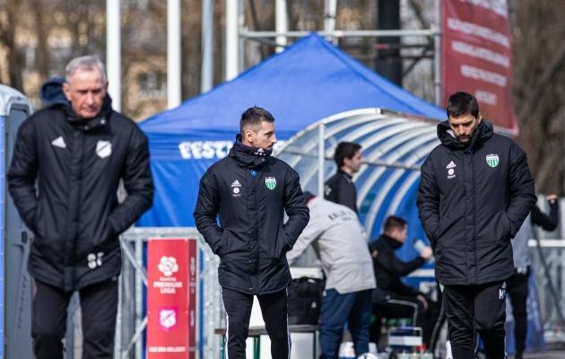 Levadia kaaspeatreener Vladimir Vassiljev (keskel) koos Marko Saviciga (paremal) plaani arutamas. Foto: Jana Pipar / jalgpall.ee