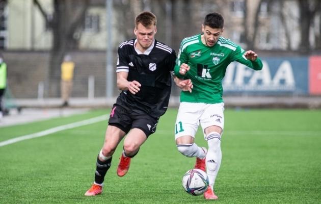 Alex Matthias Tamm võitlemas Milijan Iliciga. Foto: Jana Pipar / jalgpall.ee