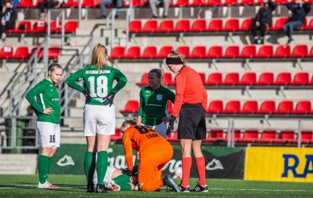 Kristiina Tullus (pikali maas) sai vigastada Superkarikafinaalis Tallinna Kalevi vastu. Foto: Jana Pipar / jalgpall.ee