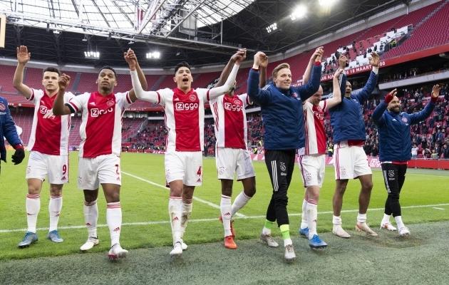 Hollandis saab juba mängida piiratud publiku ees ning Ajsx tähistas võitu Alkmaari üle ühes nendega kui kullatulemust, mida see sisuliselt ka oli. Foto: Scanpix / Imago images / Pro Shots