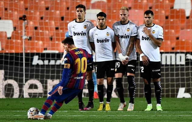 Parem kui penalti: nii lööb Lionel Messi üle müüri Barcelona 3:1 ette ja võidule. Foto: Scanpix / Reuters / Pablo Morano