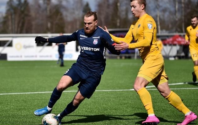 Premium liiga parim väravakütt Henri Anier võitlemas Ranon Kriisaga. Foto: Imre Pühvel