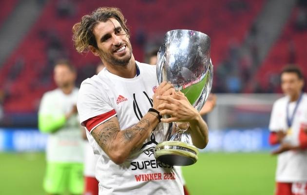 Javi Martinez ühega kahest UEFA superkarikast, mis tal õnnestus Bayernis võita. Foto: Scanpix / Imago images / Sven Simon
