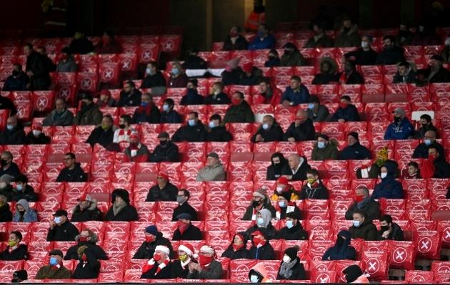 Distantsi hoidvad pealtvaatajad Arsenali mängul. Foto: Scanpix / Laurence Griffiths / PA Wire / PA Images