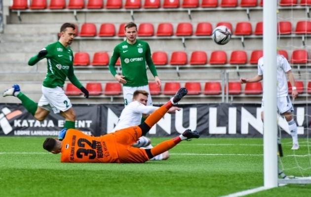 Nõmme Kalju 5. minuti väravašanss, kui Matvei Igonen tõrjus Alex Matthias Tamme lähilöögi. Foto: Liisi Troska / jalgpall.ee