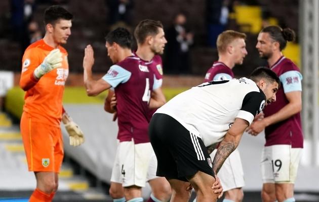 Burnley mängijad rõõmustavad, Aleksandar Mitrovici ja Fulhamit ootab aga taas esiliiga. Foto: Scanpix / PA Wire / PA Images / John Walton