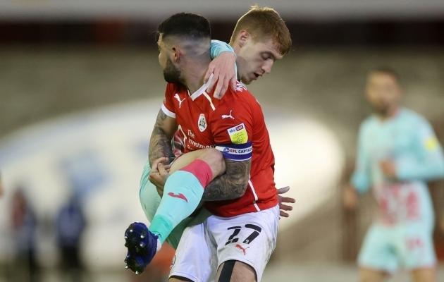 Hetk Barnsley ja Swansea kohtumisest: sõlme on läinud Jay Fulton ja Alex Mowatt. Foto: Scanpix / Reuters / Carl Recine