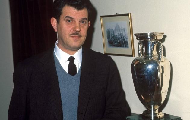 Hispaania koondise peatreener Jose Villalonga 1964. aastal võidetud EM-tiitliga. Foto: Scanpix / imago images / Kicker / Metelmann