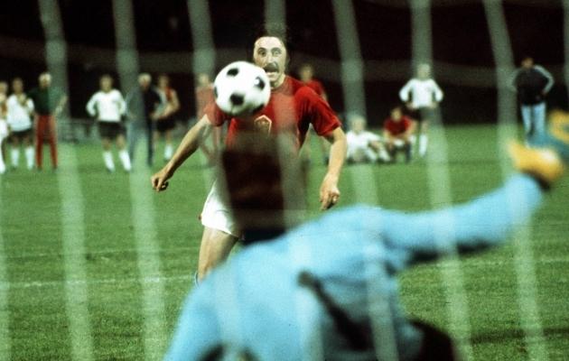 Tšehhoslovakkia koondislane Antonin Panenka lööb otsustava penalti pehme kaarega Sepp Maieri selja taha. Foto: Scanpix / imago / Colorsport