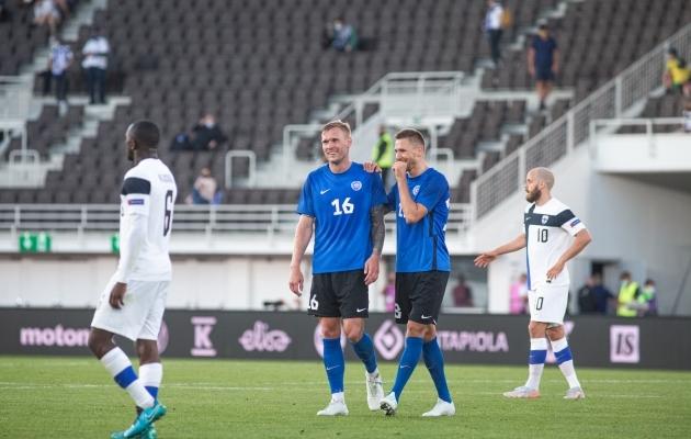 Joonas Tamm (sinises särgis vasakul), koos hea sõbra ja keskkaitsepartneri Karol Metsaga. Foto: Jana Pipar / jalgpall.ee