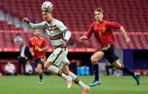 Diego Llorente (paremal) Cristiano Ronaldot taga ajamas. Foto: Scanpix / Javier Soriano / AFP