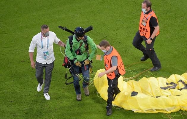 VIDEO: Prantsusmaa - Saksamaa mängu eel maandus platsil langevarjur