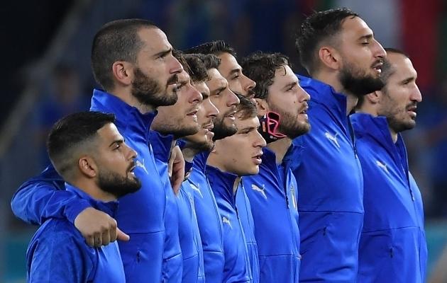 Itaalia koondise mängijad laulavad rahvushümni. Foto: Scanpix / Ettore Ferrari / POOL / AFP