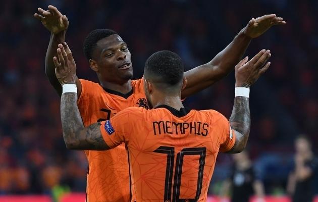Hollandi koondislased Denzel Dumfries ja Memphis Depay. Foto: Scanpix / John Thys / POOL / AFP