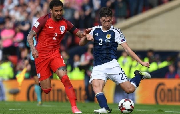Inglismaa ja Šotimaa kohtusid viimati 2017. aastal MM-valiksarjas. Mäng jäi 2:2 viiki. Pildil äärekaitsjad Kyle Walker ja Kieran Tierney. Foto: Scanpix / Paul Ellis / AFP