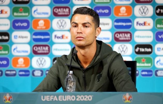 Ronaldo ees oli pressikonverentsil vaid veepudel. Foto: Scanpix / Handout via REUTERS