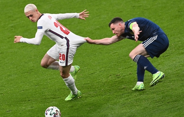 Phil Foden ja Andy Robertson. Inglismaa ja Šotimaa. Manchester City ja Liverpool. Foto: Scanpix / Facundo Arrizabalaga / EPA