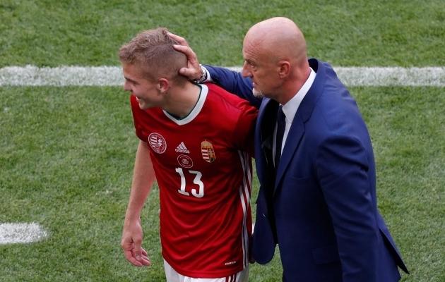 Marco Rossi kiidab platsilt tulnud poolkaitsjat Andras Schäferit. Foto: Scanpix / AFP / Laszlo Balogh