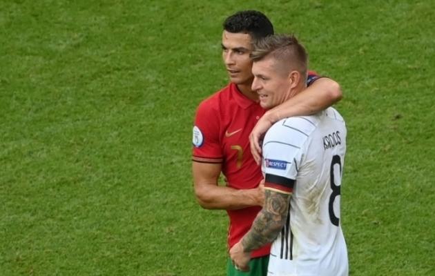 Cristiano Ronaldo ja Toni Kroos arutamas jalgpalliasju pärast Portugal - Saksamaa kohtumist, mis oli alles teine sel EM-il, kus avavärava löönud meeskond lahkus platsilt kaotajana. Foto: Scanpix / AFP / Matthias Hangst