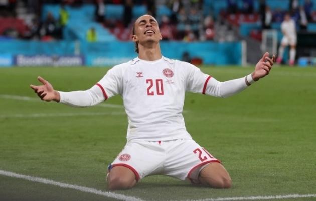 Taani koondise ründaja Yussuf Poulsen tähistab Venemaa jämeda eksimuse kaasabil sündinud 2:0 väravat. Foto: Scanpix / Reuters / Friedemann Vogel