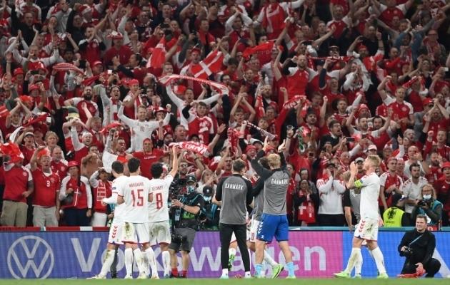 Taani jalgpallikoondis ja tema fännid juubeldamas. Foto: Scanpix / AFP / Stuart Franklin