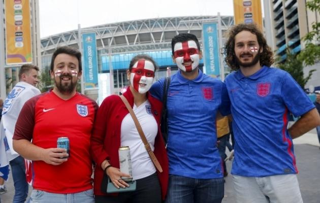 Inglismaa koondise toetajad Wembley staadioni juures. Just seal toimuvad EM-finaalturniiri kolm otsustavaimat kohtumist. Foto: Scanpix / Chine Nouvelle / SIPA